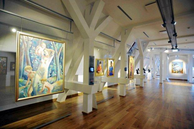 oświetlenie galerii sztuki